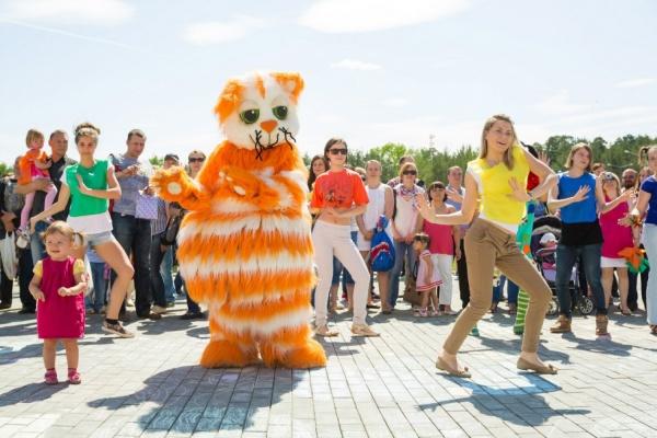 В Екатеринбурге 1500 человек слепят «самый длинный город из пластилина»