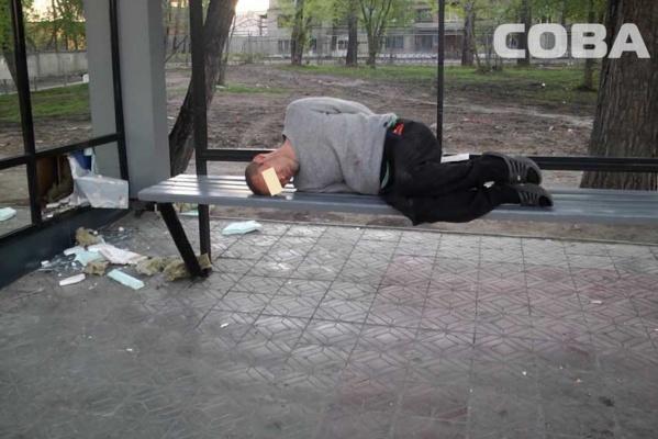В Екатеринбурге пьяный мужчина залез в киоск и похитил оттуда 15 шоколадок