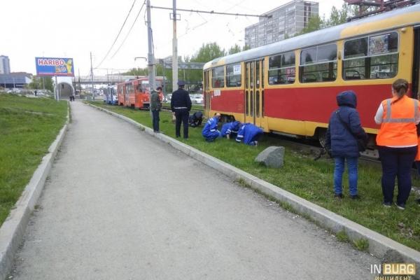 Екатеринбуржец застрял под трамваем на Бебеля