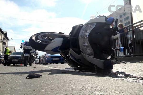 На Уралмаше полицейский на мотоцикле столкнулся с тремя автомобилями. ФОТО