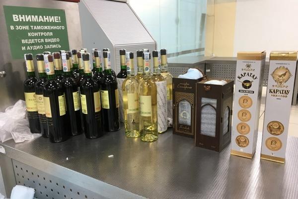 Кольцовские таможенники задержали иностранца, который вез из Ташкента чемодан крепкого алкоголя «партнерам на дегустацию»