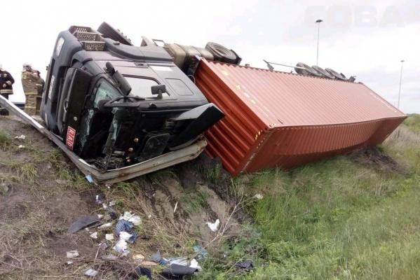 На Кольцовском тракте опрокинулся тягач Mercedes. Водитель попал в больницу