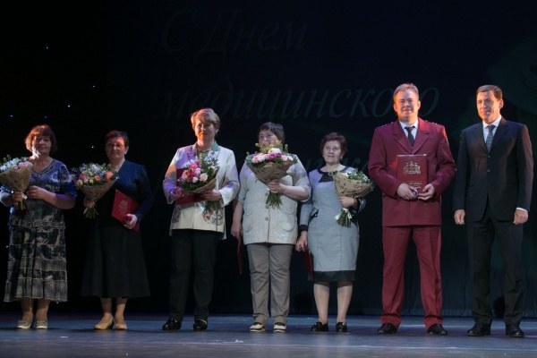 В честь Дня медицинского работника Евгений Куйвашев наградил лучших представителей здравоохранения региона