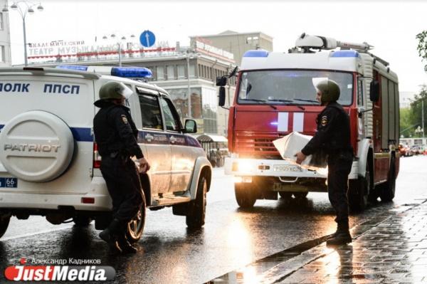 Полиция и МЧС приехали к Главпочтамту, чтобы забрать с остановки микроволновку