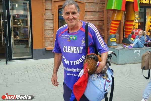 Главному болельщику французской сборной в Екатеринбурге подарили петуха