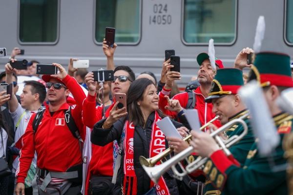 В Екатеринбурге оркестр и уральские красавицы с караваем встречали поезда с болельщиками из Франции и Перу. ФОТО