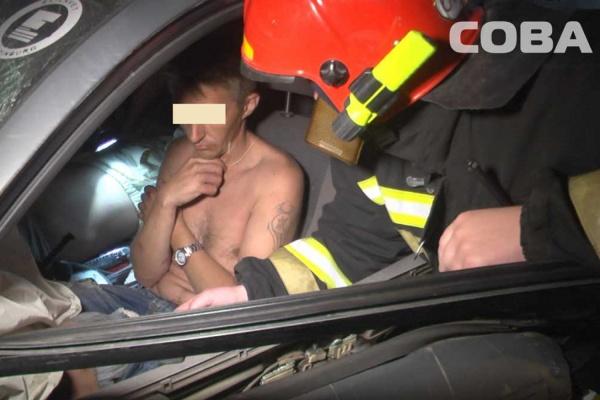 Возле поселка Исеть пьяный водитель Nissan протаранил встречную KIA Rio и застрял в искореженном авто. ФОТО