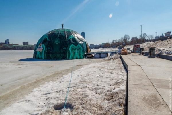 Фирма, построившая полусферу, должна убрать ее с городского пруда за 30 дней