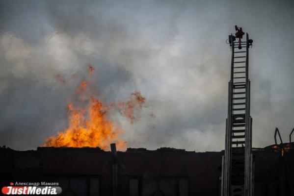 В Красноуфимске ночью сгорели два дома и две легковушки