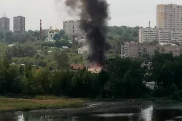 На Уктусе горит частный дом. ФОТО