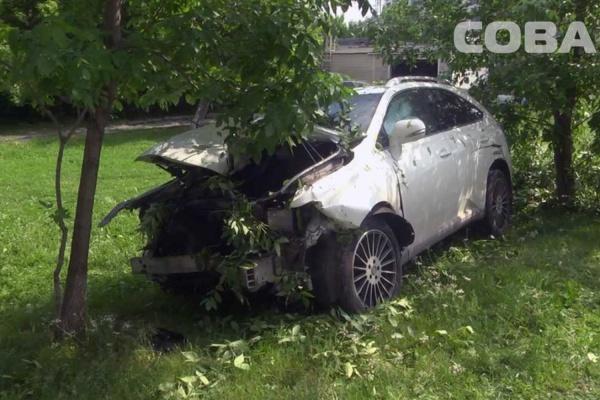 НА ВИЗе пьяная автоледи снесла забор, дерево и малолитражку. ФОТО