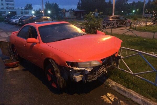 В Кольцово пьяный автоугонщик разбил 7 автомобилей и потерял свой сотовый на месте преступления. ФОТО