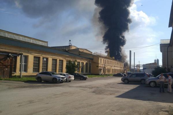Куча скорых и пожарной техники. На Эльмаше полыхают склады. ФОТО