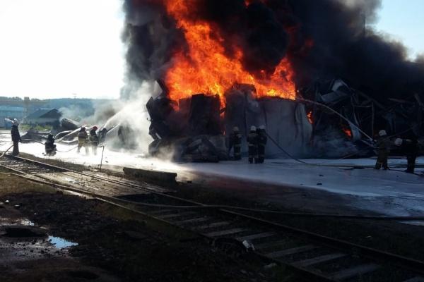 Площадь пожара на Совхозной, где  хранятся емкости с моторным маслом, увеличилась до 800 квадратных метров