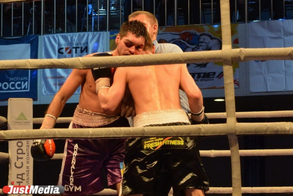 В 2016 году по итогам 12-раундовом поединка Евгений Чупраков победил украинца Тимура Ахундова.