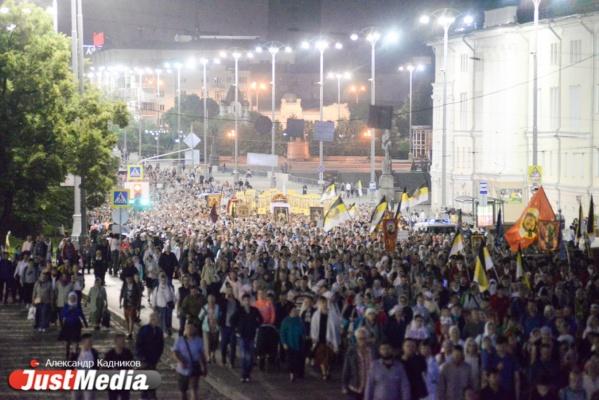 Сто тысяч верующих совершили крестный ход до монастыря святых Царственных страстотерпцев на Ганиной Яме. Смотрим с JustMedia.ru, как это было