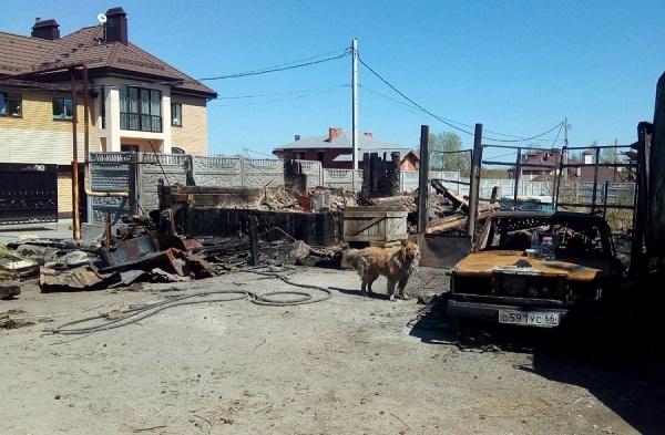 «Я кричала, чтобы тушили, а они говорили, что нет воды!». Хозяйка сгоревшего дома на Шарташе рассказала о том, как «боролись» с огнем пожарные