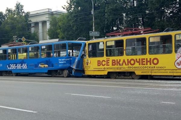 В центре Екатеринбурга трамвай без водителя на полном ходу въехал в другой трамвай, есть пострадавшие