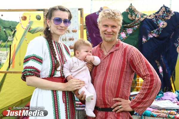 Прокатили детей на печи и выбрали короля сладкоежек. В Арамиле прошел фестиваль «Иван-чай».