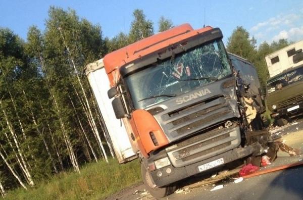 На трассе Пермь-Екатеринбург водитель фуры решил снять очки во время обгона и врезался в КамАЗ и автоцистерну