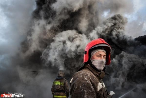 В Свердловской области сгорели два крупных заброшенных здания