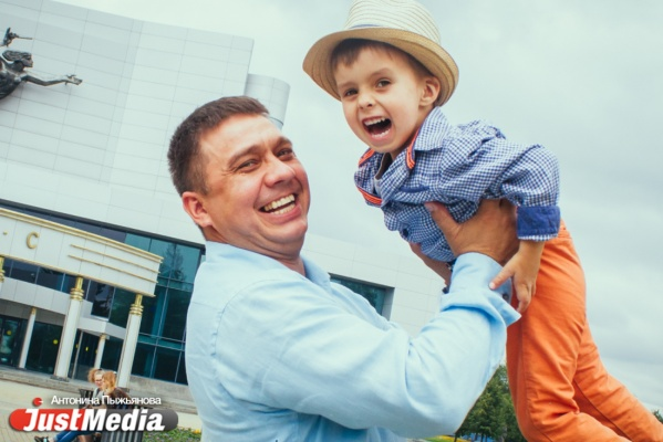 Бизнесмен Ярослав Замашной с сыном Александром: «Плохой погоды нет. Бывает неправильно подобранная одежда». В выходные в Екатеринбург вернутся дожди и грозы. ФОТО, ВИДЕО
