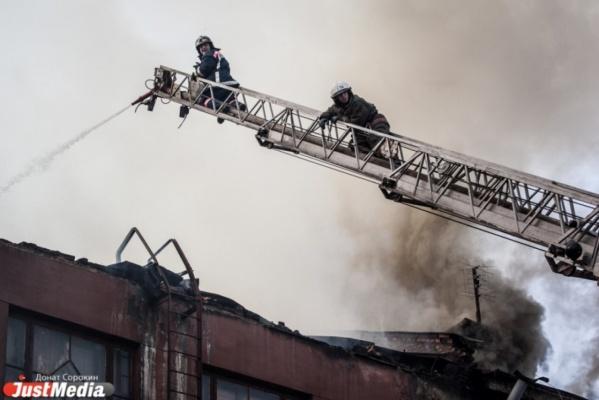 В Екатеринбурге из горящей пятиэтажки эвакуировали 20 человек, в том числе четырех детей