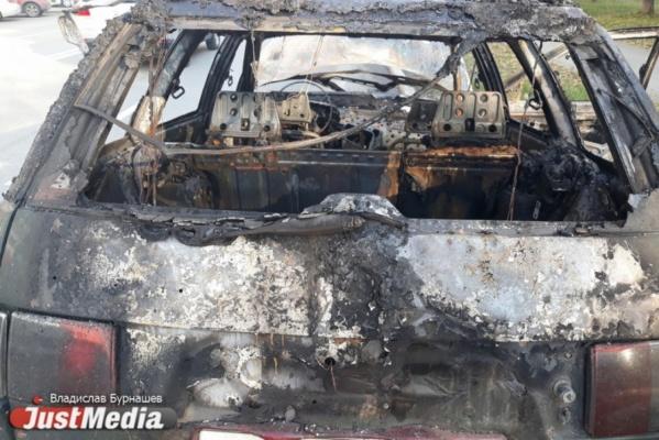 В Екатеринбурге полицейские задержали мужчину, который сжег чужую машину, подумав, что она принадлежит преступнику