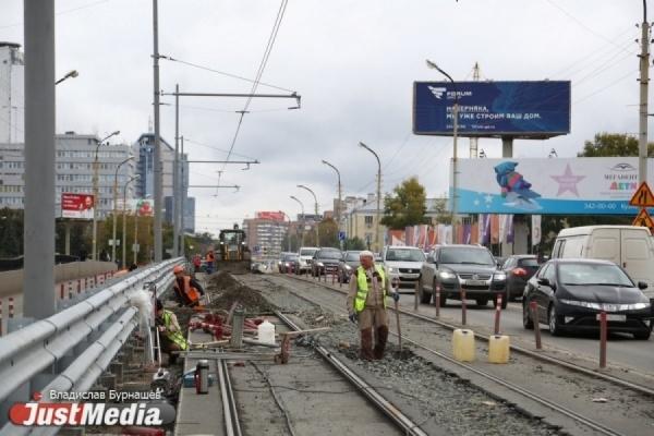В выходные на ВИЗе из-за ремонта путей закроют движение трамваев и машин