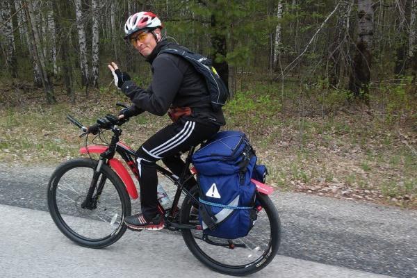 Уралец-авантюрист преодолел на велосипеде 5300 км, чтобы искупаться в Севастополе
