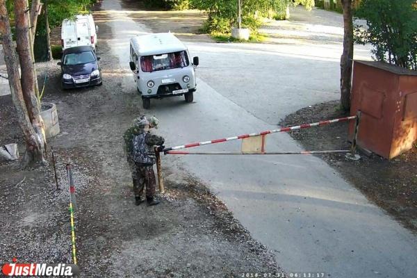 Двое на «буханке» спилили замок на шлагбауме и заехали в Шарташский лесопарк Их сняла видеокамера. ВИДЕО