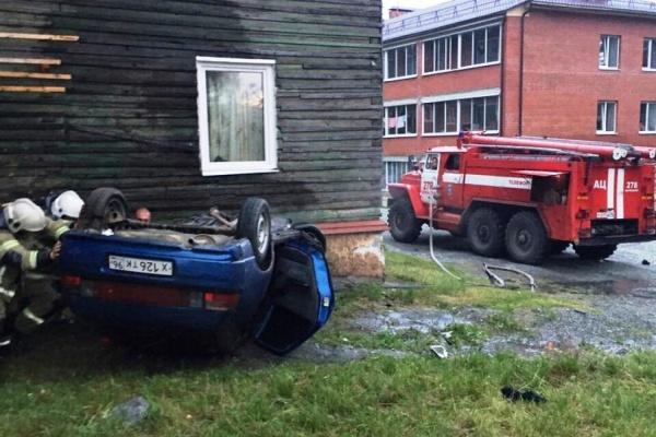 В Качканаре пьяный водитель ВАЗа сделал сальто и въехал в дом