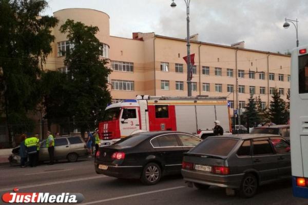 На месте МЧС и куча полицейских. У «Екатеринбург Арены» из-за серьезного ДТП перекрыли движение транспорта. ФОТО
