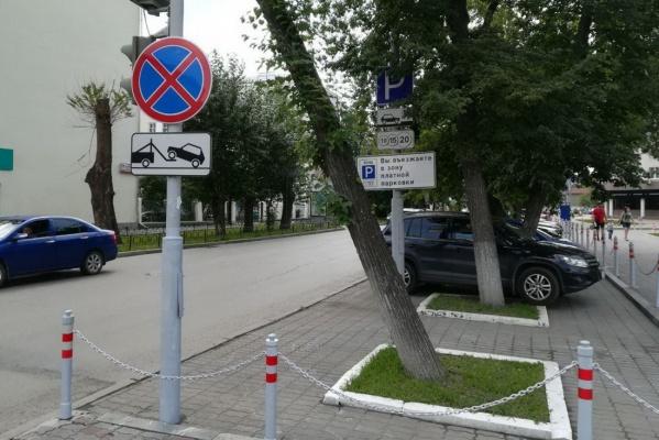 В центре Екатеринбурга ГИБДД эвакуирует автомобили с платных парковок