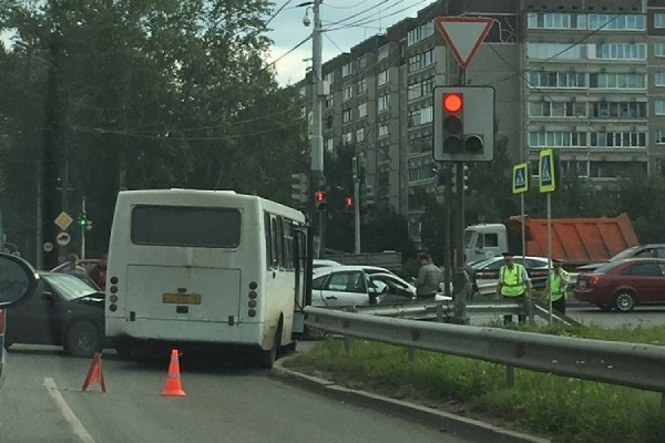 ДТП с автобусом парализовало оба выезда из Академического