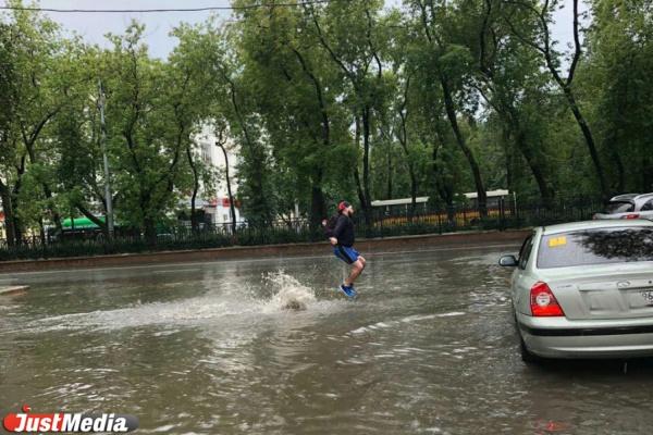 Обрушившийся на Екатеринбург ливень моментально превратил его в Венецию