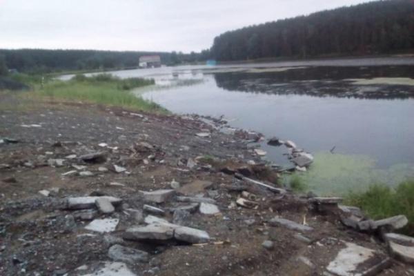 Жители Асбеста жалуются на семью члена местного политсовета ЕР, отсыпающую водоохранную зону реки строительным мусором