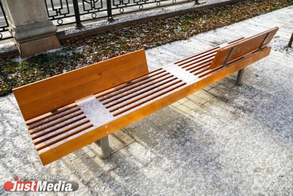 «Арендовали лишь на время мундиаля». В парке Химмаш вывезли скамейки, установленные к ЧМ-2018. ВИДЕО