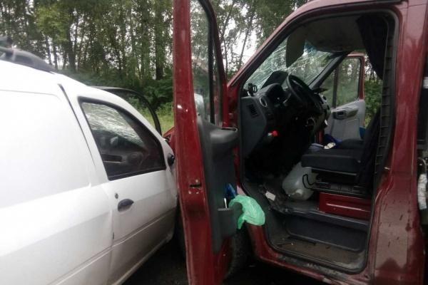 В Свердловской области водитель LADA Largus влетел во встречную грузовую «Газель». Серьезно пострадали два человека. ФОТО