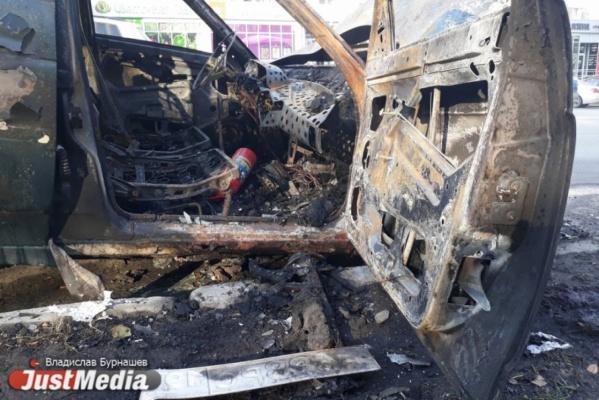 В Екатеринбурге минувшей ночью сгорели две легковушки