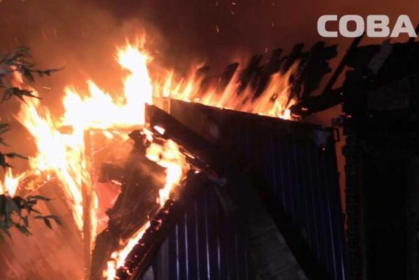 В Екатеринбурге при пожаре в многоквартирнике на Проезжей погиб человек. Еще один госпитализирован. ФОТО