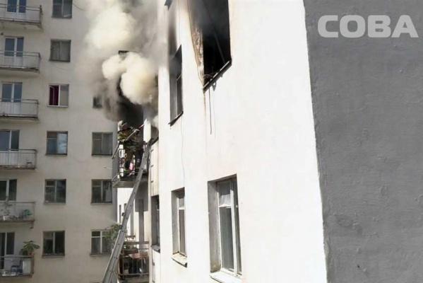 Двадцать пожарных машин тушили сильное возгорание в девятиэтажном общежитии на Восточной. ФОТО