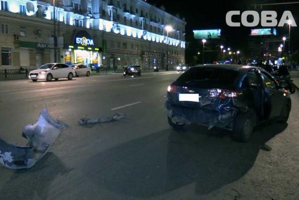 В Екатеринбурге водитель Chevrolet протаранил мотоциклиста. ФОТО