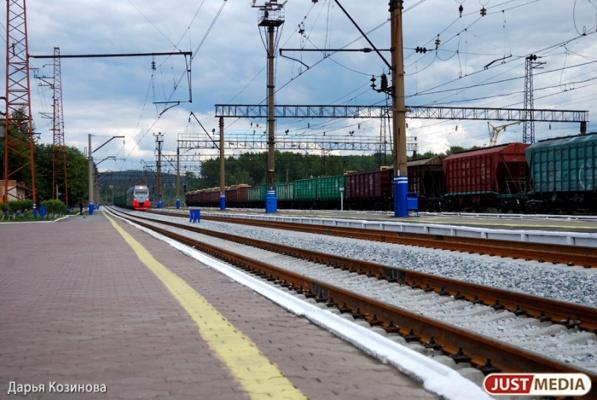 В Свердловской области поезд сбил мужчину, который шел вдоль путей