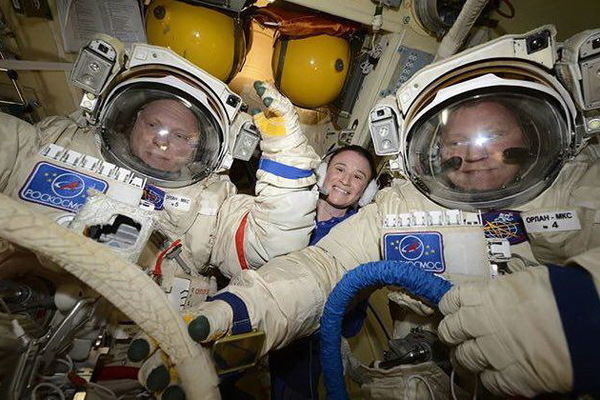 Российские члены экипажа МКС шесть часов проработают в открытом космосе