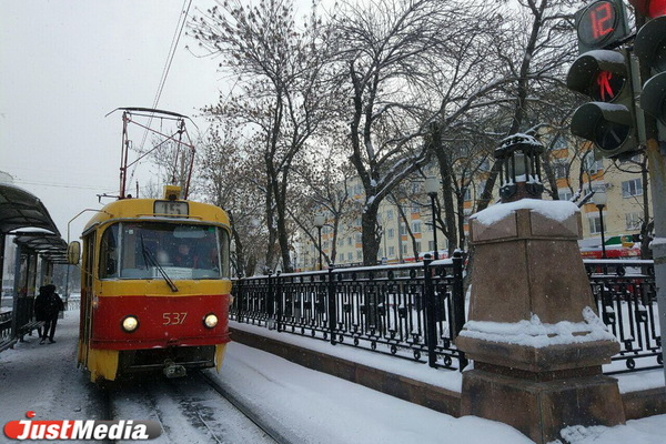«Трамваи не ходят, и автобусов нет». Жители Екатеринбурга замерзли на остановках в ожидании общественного транспорта