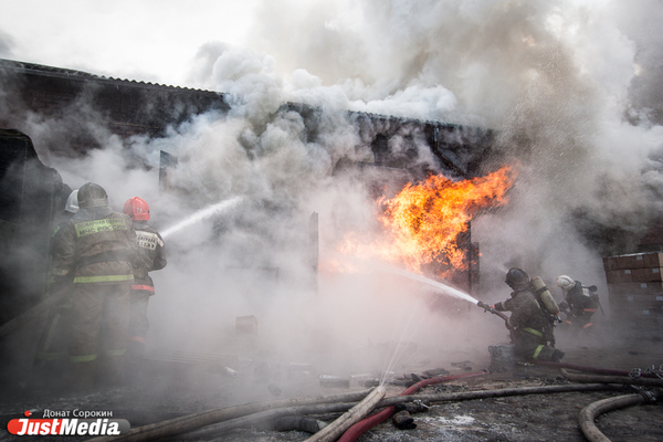 В поселке под Талицей на гормолокозаводе во время погрузки товара загорелся грузовик и склад