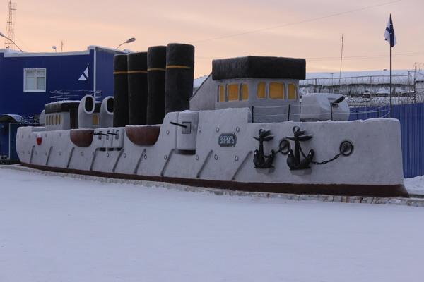 Начальник уральской колонии заставил заключенных слепить из снега точную копию крейсера «Варяг»