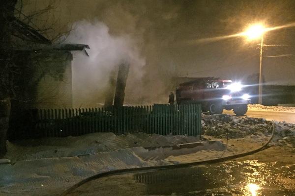 В Первоуральске пожарные вытащили из горящего дома пять человек