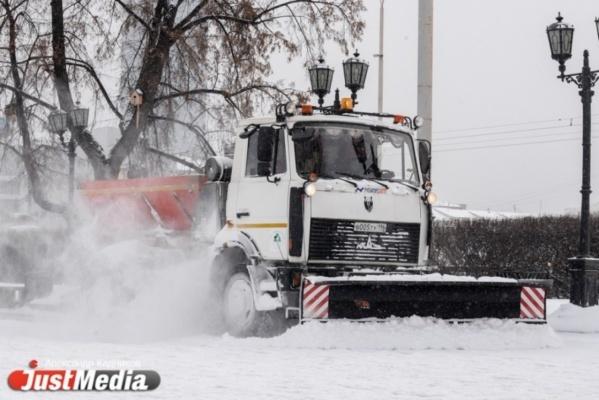 В выходные почти 500 спецмашин чистили свердловские трассы от снега